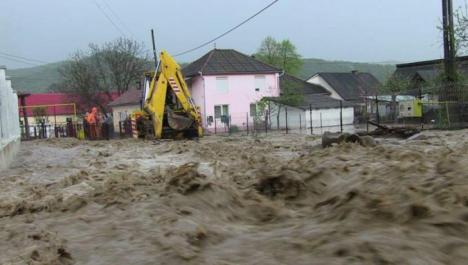 Vremea face ravagii în ţară. Cod roşu de inundaţii, drumuri blocate şi oameni evacuaţi
