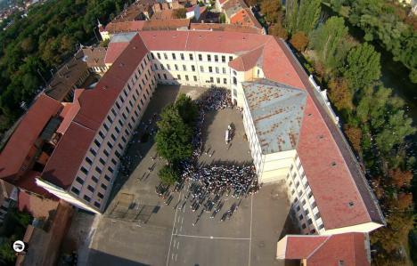 Inevitabilul s-a produs, în a treia zi de şcoală: O clasă din Oradea a trecut în sistem hibrid, după ce un elev a fost confirmat cu Covid-19