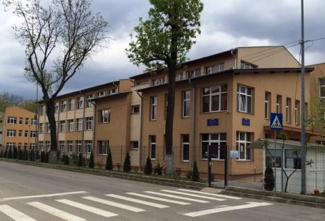 Certată cu iubitul, o elevă de 15 ani de la Colegiul Economic din Oradea a vrut să se sinucidă în şcoală!