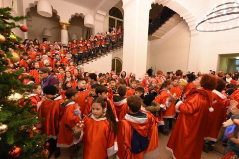 Aproape 400 de moșuleți au înveselit centrul Oradiei: elevii Liceului Greco-Catolic i-au colindat pe cei de la Radio Zu și pe episcopul Virgil Bercea (FOTO / VIDEO)
