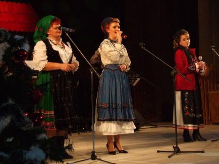 Crăciunul de demult: Ansamblul Crişana a dat un spectacol cu obiceiuri de sărbători la Teatrul Regina Maria (FOTO)