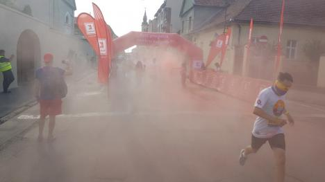 O cursă în culori. Peste o mie de orădeni au alergat prin pudră colorată la The Color Run (FOTO)
