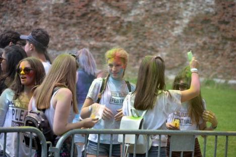 Petrecerea curcubeu. Sute de tineri se bat în culori în şanţul Cetăţii la Colours Festival (FOTO)