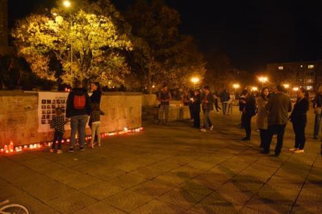 'The day we give in is the day we die': 100 de candele aprinse în Oradea în amintirea tinerilor morţi la #Colectiv şi în spitale (FOTO / VIDEO)