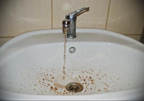Compania de Apă Oradea spală din nou rețelele. Vezi când rămâi fără apă!