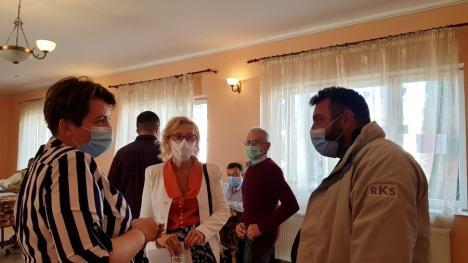 Compromis în Lugaşu de Jos: Pentru ca toate partidele să aibă loc în secţie, au ieşit în stradă persoanele care măsoară temperatura şi oferă dezinfectanţi (FOTO / VIDEO)