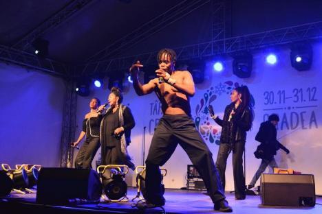 Puţini la protest, mulţi la Boney M: Concertul solistei Liz Mitchell, care a cântat alături de noua ei trupă, a scos circa 5.000 de orădeni în Piaţa Unirii (FOTO/VIDEO)
