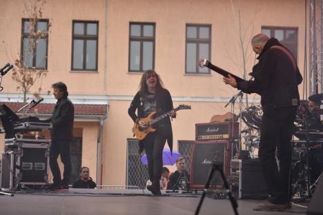 Rock în curtea şcolii: Trupa Celelalte Cuvinte a cântat în liceul unde s-a înfiinţat acum 43 de ani (FOTO / VIDEO)