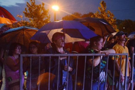 Şi ce dacă e vânt, şi ce dacă sunt ploi? Iris a făcut show la Oradea pe cod portocaliu de furtuni (FOTO / VIDEO)