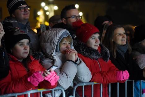 """Paula Seling, cântăreața cu voce """"de înger"""", le-a cântat colinde orădenilor, la Târgul de Crăciun. La final, episcopul Virgil Bercea a îmbrățișat-o (FOTO / VIDEO)"""