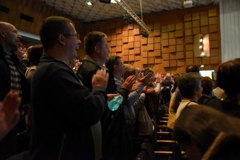 Atmosfera Cenaclului Flacăra, recreată la Oradea: Victor Socaciu, Ducu Bertzi și Vasile Șeicaru aplaudați de sute de melomani. Un bărbat a leșinat la concert (FOTO / VIDEO)