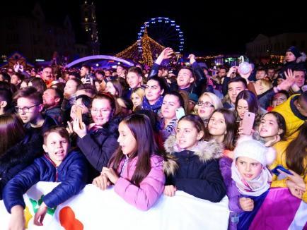 Delia a strâns mii de orădeni în Piața Unirii din Oradea: printre fani, o fetiță în scaun cu rotile venită din Timișoara (FOTO / VIDEO)