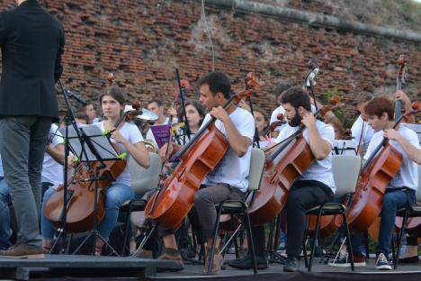 Tinerii din Chişinău Youth Orchestra le-au cântat orădenilor în Parcul Cetăţii (FOTO/VIDEO)