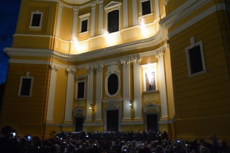 Spectacol superb la Palatul Baroc: Sute de orădeni au asistat la un concert cu muzică clasică şi focuri de artificii (FOTO/VIDEO)