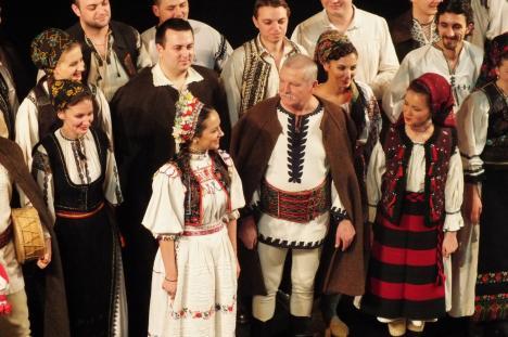 Concert gratuit pentru orădeni: Ioan Bocşa şi Ansamblul 'Icoane' vor cânta colinde şi melodii tradiţionale româneşti (VIDEO)