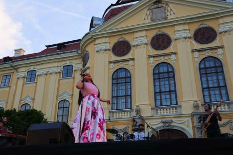 Concert caritabil în pandemie: Paula Seling a cântat în curtea Palatului Baroc, pentru o fetiţă bolnavă (FOTO / VIDEO)