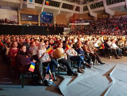 'România ne uneşte': O artistă i-a rugat pe orădeni să semneze pentru Unirea cu Basarabia (FOTO / VIDEO)