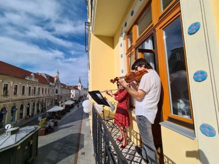 Eveniment inedit în prima zi de relaxare, în Oradea: Concert la balcon în centrul orașului (FOTO / VIDEO)