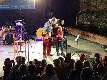 Festivalul de Folk: Mircea Vintilă a cântat alături de Andrei, un băieţel de 11 ani din Oradea (FOTO / VIDEO)