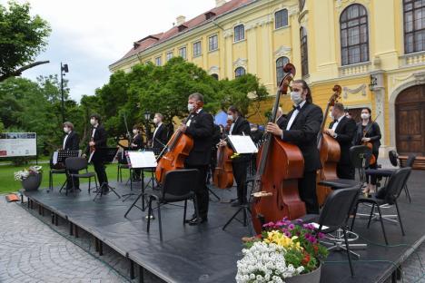 Serenade pe-nserat, azi, în curtea Palatului Baroc