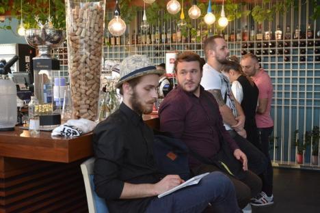 Campionatul de cocktail-viteză: Barmanii orădeni s-au întrecut în prepararea unor băuturi spectaculoase, la Rivo (FOTO/VIDEO)