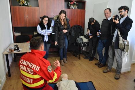 Lecţii de prim-ajutor, pentru jurnaliştii orădeni, de la specialiştii ISU Crişana (FOTO/VIDEO)