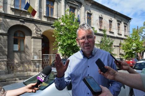 Show politic: Pásztor Sándor a ieşit în stradă să-i arate obrazul lui Ilie Bolojan că nu reabilitează şcoala Szacsvay (FOTO/VIDEO)