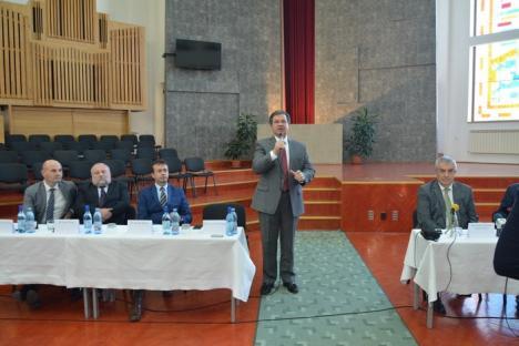 'Dumnezeu face politică!'. Liderii ALDE, Călin Popescu Tăriceanu şi Daniel Constantin, şi-au făcut campanie la Universitatea Emanuel (FOTO)