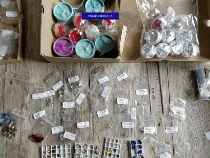 Suspectată de evaziune fiscală: Accesorii din argint şi cristale Swarovski au fost confiscate din casa unei orădence
