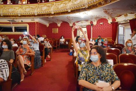 """Învăţători şi educatori din ţară şi din străinătate, reuniţi la Oradea: """"Să nu uităm niciodată de copiii cu note între 6 şi 9"""" (FOTO)"""