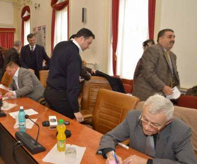 """Scandal la CJ: PDL-iştii au părăsit şedinţa, Tarţa le-a spus celorlalţi consilieri că sunt """"cretini"""" (FOTO)"""