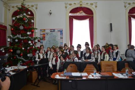 Creştini… pe jumătate: După ce au ascultat colinde, consilierii judeţeni din Bihor şi-au reluat bătăliile obişnuite (FOTO)