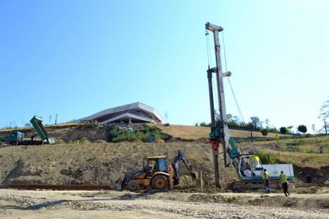 Au început lucrările la dealul Ciuperca. Specialiştii în foraje toarnă piloţii care vor susţine grădina publică (FOTO/VIDEO)
