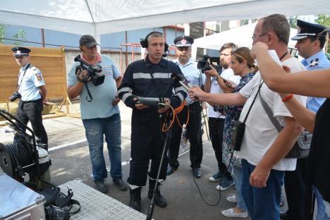 În caz de cutremur: ISU Crişana are aparat cu care pompierii pot găsi oameni prinşi sub dărâmături (FOTO/VIDEO)