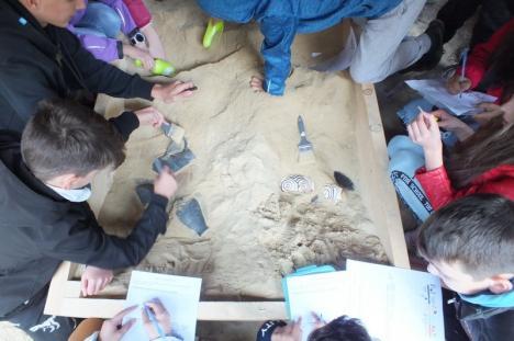 Altfel de lecţie: Copiii din Şuncuiuş şi Remetea au învăţat, la faţa locului, istoria peşterilor Unguru Mare şi Meziad (FOTO)