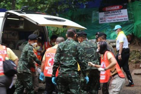 Toţi cei 12 copii şi antrenorul lor, care au rămas captivi 17 zile într-o peşteră din Thailanda, au fost salvaţi. Părinţii nu au voie să-i îmbrăţişeze