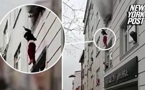 O mamă și-a aruncat copiii de la etajul 3 ca să-i scape dintr-un incendiu. Cum au fost salvați de trecători (VIDEO)