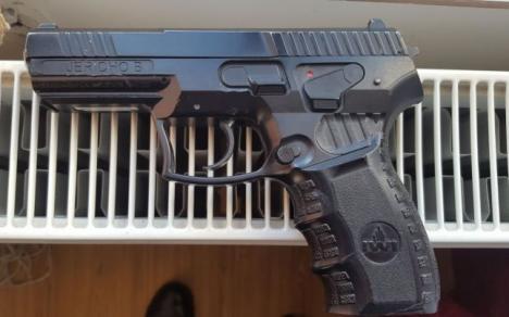 Pistolarul: Un elev de 16 ani, 'săltat' de jandarmi după ce a intrat cu o armă într-o şcoală