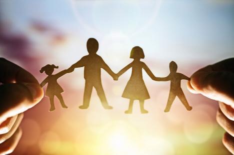 Campania 'Singuri acasă': Ce trebuie să ştii dacă ai copii şi lucrezi sau vrei să lucrezi în străinătate