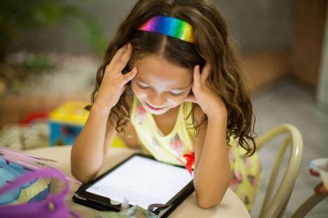 Şcoala pe net: Toţi elevii din Bihor vor primi gratuit cartele SIM pentru acces la internet. Aproape 8.000 dintre ei au nevoie şi de tablete