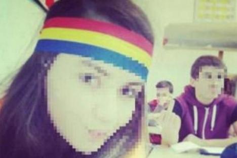 Anchetă la un liceu din Covasna, după ce o elevă ce a purtat o bentiţă tricoloră a fost ameninţată