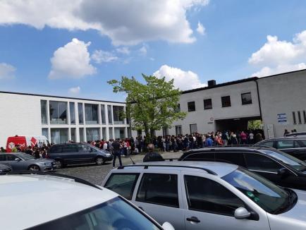 Diaspora votează: Românii din străinătate se înghesuie la urne. La Munchen s-a format o coadă cu circa 1.000 de persoane! (FOTO)