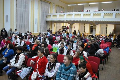 'De sărbători, împreună!' Peste 150 de elevi de la mai multe şcoli din judeţ au colindat într-un spectacol la Liceul Greco-Catolic (FOTO)