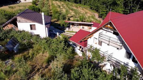 Crăişorii muntelui: Un primar şi un afacerist celebru s-au ales cu dosare penale după ce BIHOREANUL a descoperit că şi-au amenajat conace într-o arie protejată (FOTO / VIDEO)