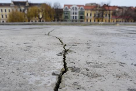 Planșeul parcării subterane din strada Independenței a început să crape, la doar 9 luni de la inaugurare. Vezi de ce! (FOTO)