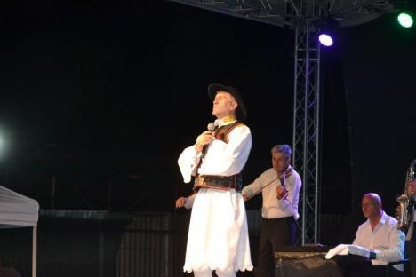 Preotul Cristian Pomohaci, escortat de poliţişti şi aplaudat de săteni la Oşorhei: 'Pentru că prea mult iubesc sunt judecat!' (FOTO/VIDEO)