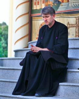 Cercetat pentru racolare de minori în scopuri sexuale, Pomohaci cere autosuspendarea din preoţie