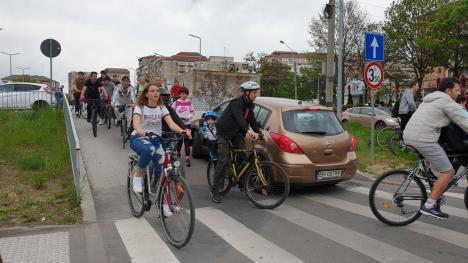 """Biciclete în aer, în fața Primăriei Oradea: Sute de bicliști au participat la """"Critical Mass"""" (FOTO / VIDEO)"""