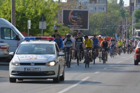 Cu bicicletele în aer: Bicicliştii orădeni cer mai multe piste şi respect în trafic (FOTO/VIDEO)