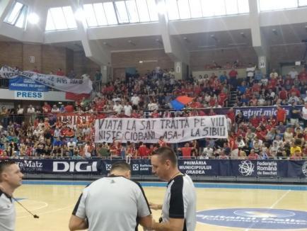 'Comportaţi-vă civilizat!' Şase suporteri, amendaţi de jandarmi pentru injurii şi gesturi obscene la meciul dintre CSM Oradea și CSU Sibiu